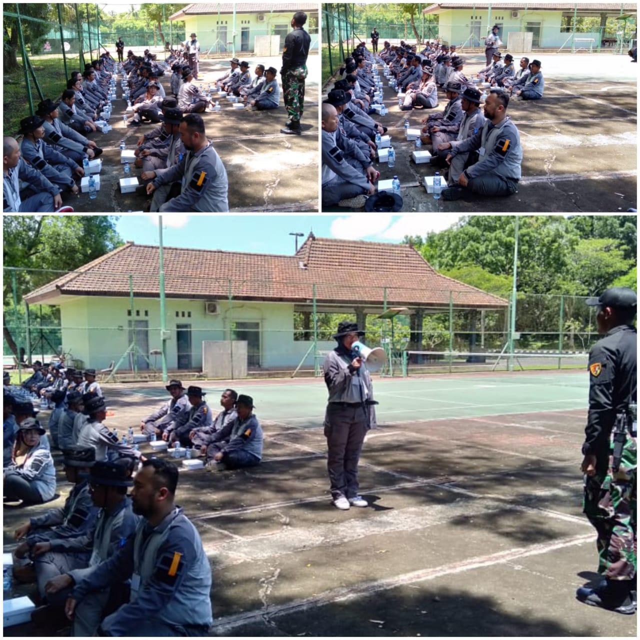 Makan siang bersama, berbaris dengan rapih, lapor pelatih, berdoa, makan di ksatrian Grup 1 Kopassus