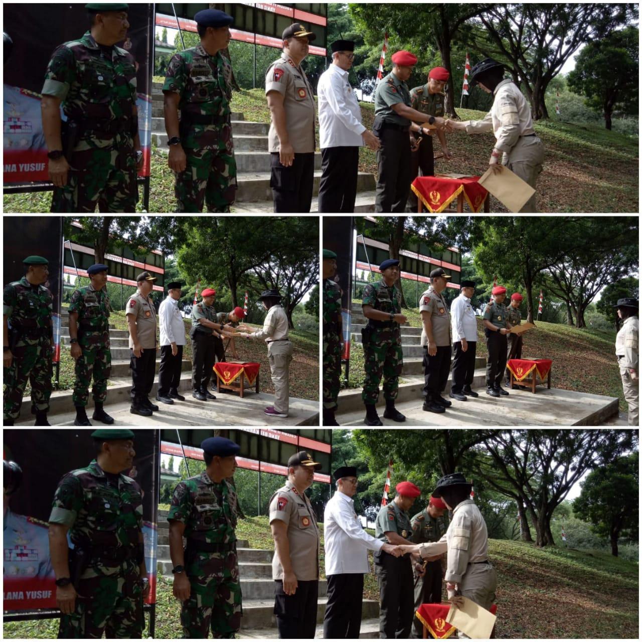 Menerima sertifikat dari Danjen Kopassus dan ucapan selamat dari Gubernur Banten, Kapolda Banten, Danrem 064 MY, Dan Lanal, Dan Grup 1 Kopassus di Ksatrian Grup 1 Kopassus